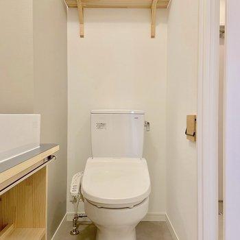 ペーパーホルダーや棚も木製でかわいい!