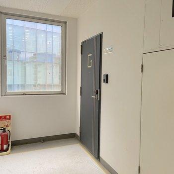 紺色のシックな玄関扉です。