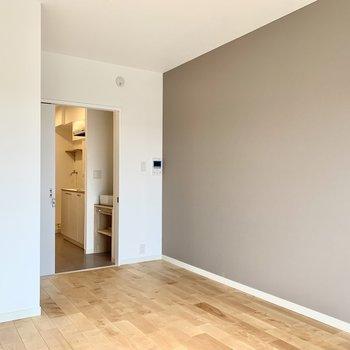 お部屋の広さは7帖。無垢床とアクセントクロスの開放感で心が満たされる……※写真は別部屋のもの