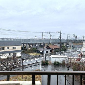 3階からの景色。この日はあいにくの雨模様でしたが、日当たりとっても良いですよ〜※写真は別部屋のもの