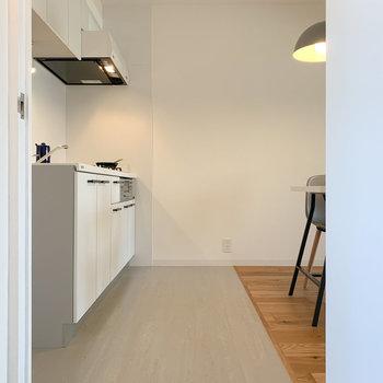 キッチンから玄関への床は掃除がしやすいフロアタイル。空間の切り目にもなってくれています。※写真は同間取りモデルルームのお部屋となります