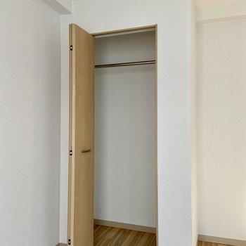 【洋室】収納はスリムなサイズ感です。