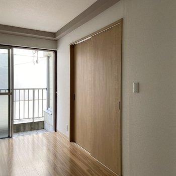 【LDK】お隣の洋室とは扉で仕切ることができます。