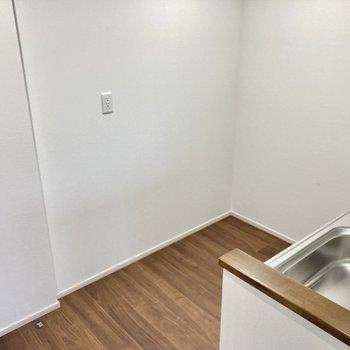 キッチン後ろもスペース広々。冷蔵庫や食器用ラックも置けそうです。