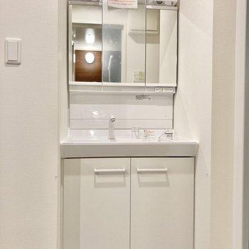 洗面台はしっかりサイズ!鏡の裏は収納になっていますよ。