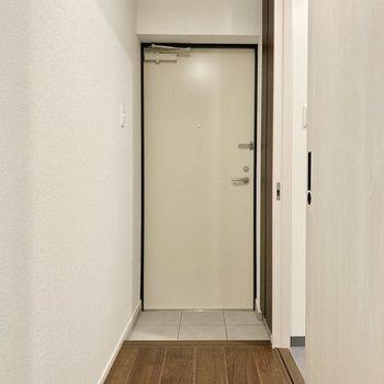玄関は割とコンパクトめ。廊下の幅はゆったりしています。