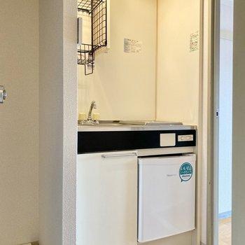 廊下に出て、すぐにスマートなキッチン。
