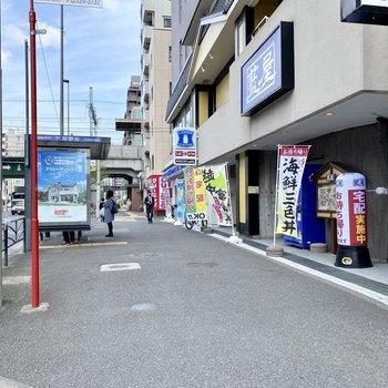 駅前には飲食店とコンビニがあります。
