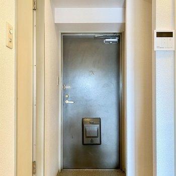 チャコールグレーのドアが大人な印象ですね。