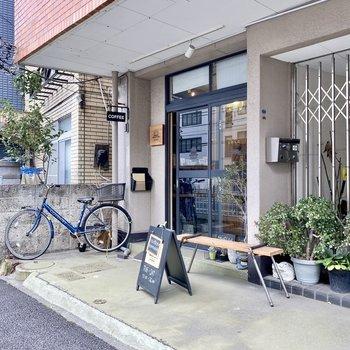 建物正面のおしゃれなカフェ。息抜きに立ち寄ってみては。