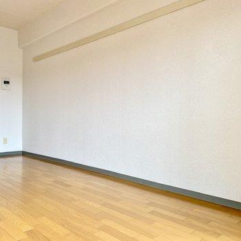 壁際にはデスクやベッドを並べて。