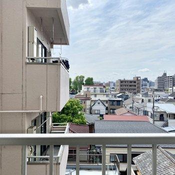 眺望は隣の建物と青空。