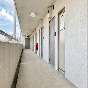 玄関前共用部。こちらも開放的なデザイン。