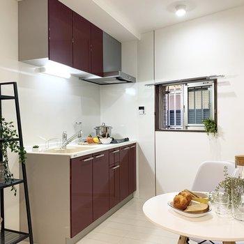 【LDK】ワインレッドが素敵なキッチンです。※家具はサンプルです
