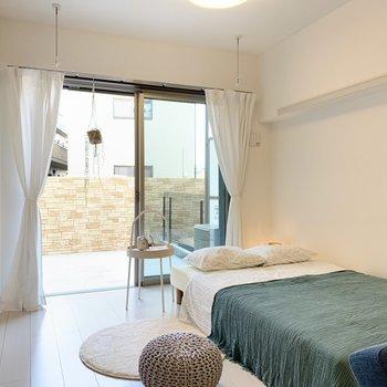 【約5帖洋室】清潔感のあるお部屋ですね。※家具はサンプルです