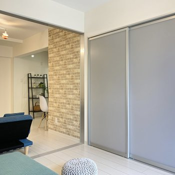 【約5帖洋室】隣の洋室にも繋がっています。※家具はサンプルです