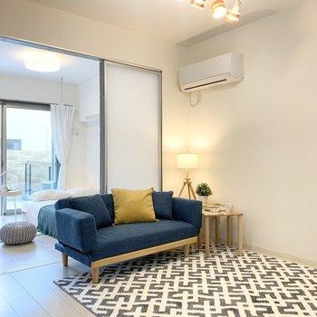 【LDK】間仕切り扉を開けると開放感があります。※家具はサンプルです