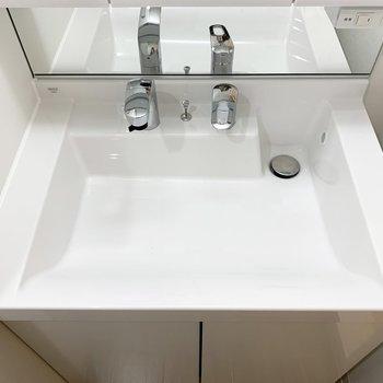 歯ブラシなどは鏡裏の収納に。