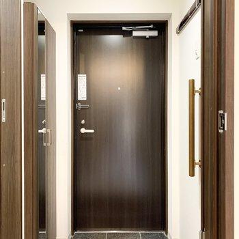 玄関には全身鏡がありお出かけ前に身だしなみをチェック!