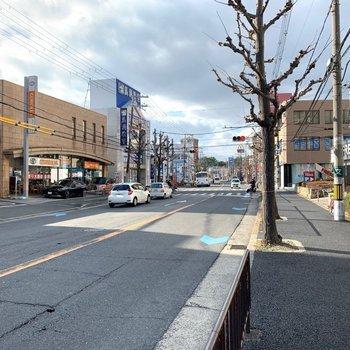 周辺環境】最寄りのバス停を降りると、スーパーやチェーン店などが立ち並んでいました。