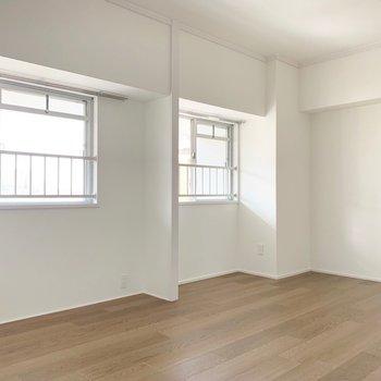 【洋室】海外のお部屋っぽい窓!柔らかな光が入ります。