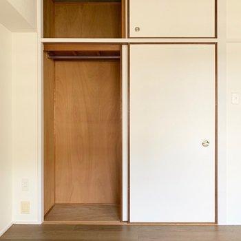 【洋室】実は洋室への入り口にも収納が隠れています。パイプハンガーがあり、長い丈のコートもかけられますよ。