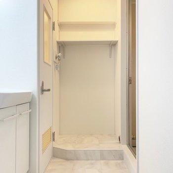 洗濯機置き場は一段高く。洗濯パンがないので、浴室へ排水が必要です。(排水カバー付き)