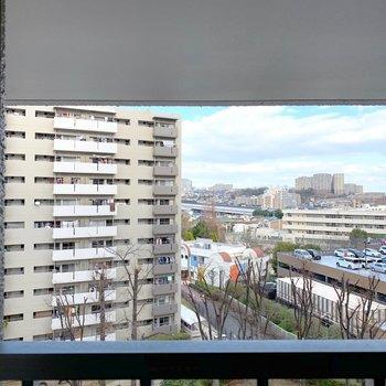 【洋室】その窓からはお向かいの棟と、青空も見えます。共用部の廊下からも同じ景色が見えます。