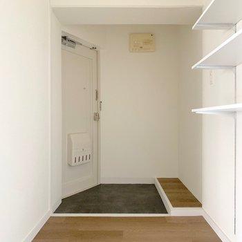 玄関はゆったりと。荷物を置けるスペースもあります。