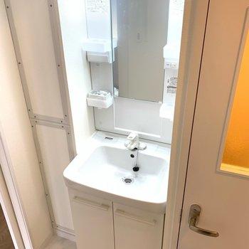独立洗面台!歯ブラシなどを置く場所があって使いやすそうです。