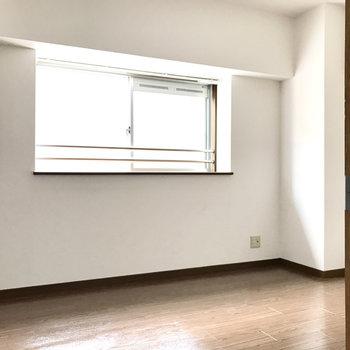 キッチン側は6帖の洋室。テレビも設置できますよ!