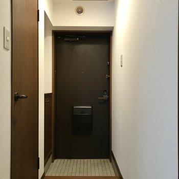 玄関はモダンな雰囲気