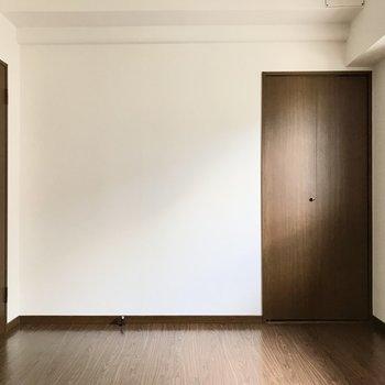 しっかり個室感があって安心。あの扉を開けると…