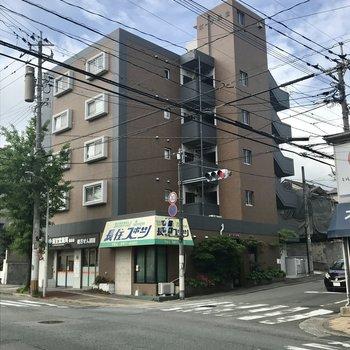 長住の住宅街に佇むマンション。ちょうど通り沿いに建っています