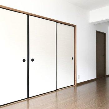 リビング横には居室が2部屋。まずは手前の襖から開けてみましょう!