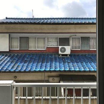 目の前のお家が見えました。普段はレースカーテンがあると安心です!