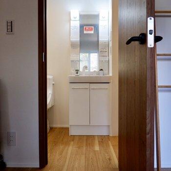 サニタリーへ。嬉しい独立洗面台もあります。