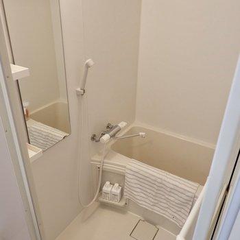 鏡付きお風呂。浴室乾燥機付きです。