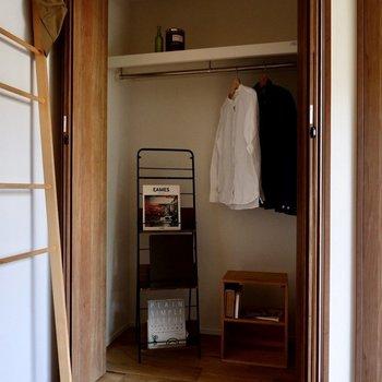 ポール付きで丈の長い衣類もしっかり収納しておけそうです。