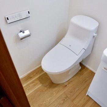 お隣にトイレ。