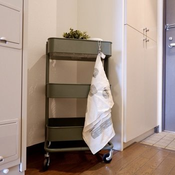 右隣に冷蔵庫がおけますよ。※写真は2階の同間取り別部屋のものです