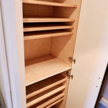 シューズボックスは大きめで、靴以外も収納できそうですね。※写真は2階の同間取り別部屋のものです