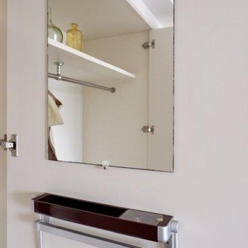 鏡付きでさっと身だしなみが確認できます。※写真は2階の同間取り別部屋のものです