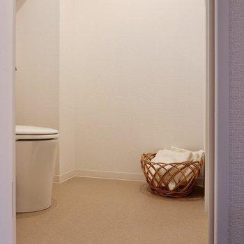 脱衣所はゆったりしており、ストーブや扇風機を持ち込むこともできます。※写真は2階の同間取り別部屋のものです
