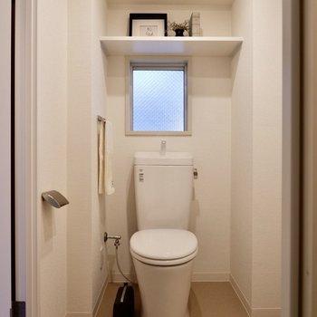 お手洗いは換気窓付きです。※写真は2階の同間取り別部屋のものです