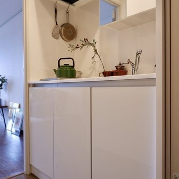 リノベーション済みのパウダーキッチン。※写真は2階の同間取り別部屋のものです
