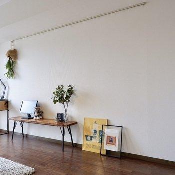 壁にはピクチャーレールが。お気に入りのアートやドライフラワーを飾って。※写真は2階の同間取り別部屋のものです