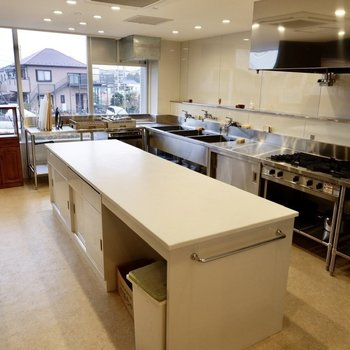 業務用機材の揃った本格キッチンスペースです。