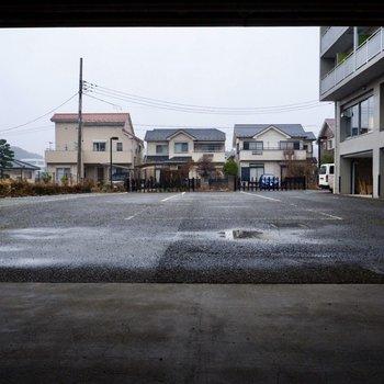 駐車場(空き要確認)。土地柄的にも車があるととっても便利ですよ。