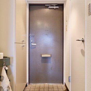 シンプルな玄関。※写真は2階の同間取り別部屋のものです